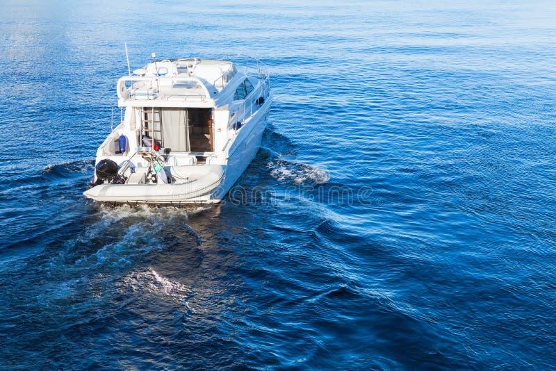 小白色乐趣汽艇 免版税库存图片
