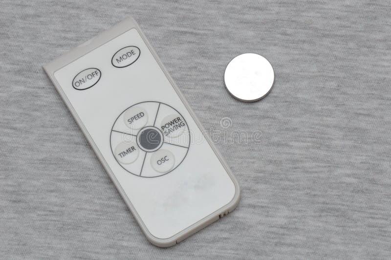 小白色和灰色遥远的控制器和按钮细胞硬币锂电池 图库摄影