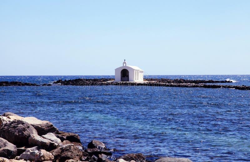 小白色教会在Georgioupolis,克利特,希腊附近的海 库存图片