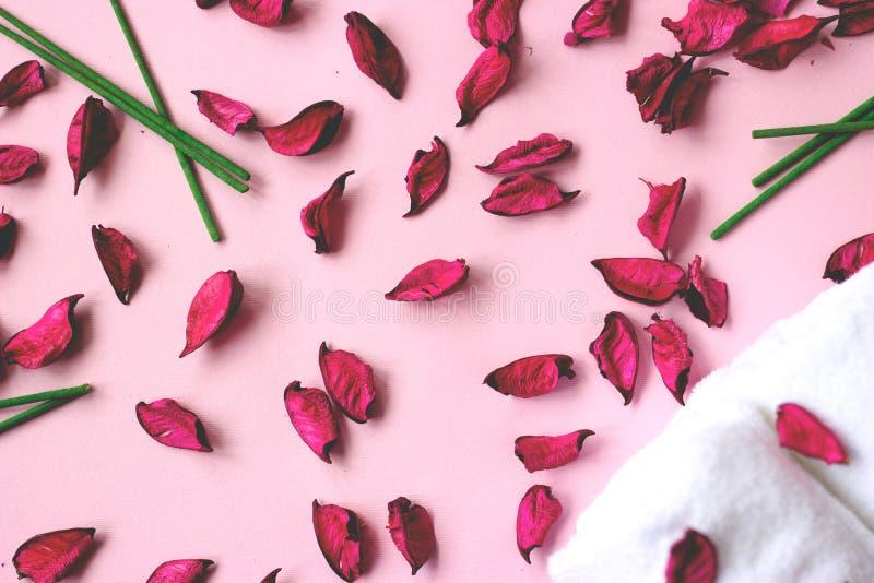 小白色毛巾和洋红色杂烩在桃红色backgr 免版税库存照片