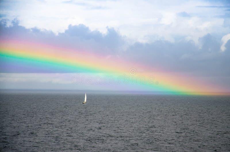 小白色航行的游艇和彩虹在芬兰湾,波罗地 库存照片