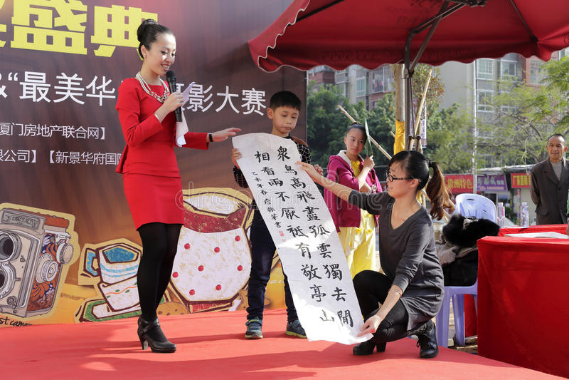 小的书法家zhanzhenhua展示中国人书法 免版税库存照片