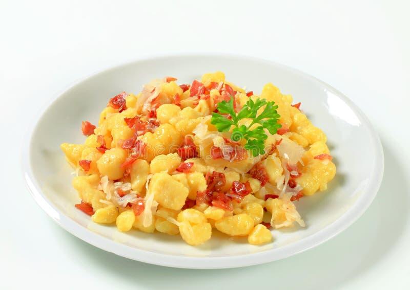 小的土豆饺子用烟肉和圆白菜 免版税图库摄影