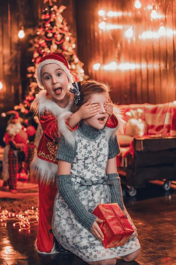 小的圣诞老人带来礼物 免版税库存图片