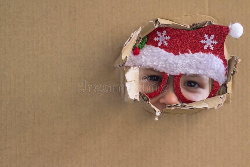 小的圣诞老人 背景上色节假日红色黄色 这里圣诞节 库存图片