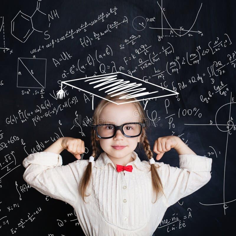 小的天才女孩在手边图画算术科学惯例 库存照片