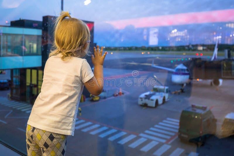 小的女婴等待的搭乘 库存照片