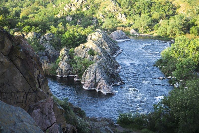 小的山河 与流动在岩石之间的小河的风景 在山的水 雾的河 库存照片