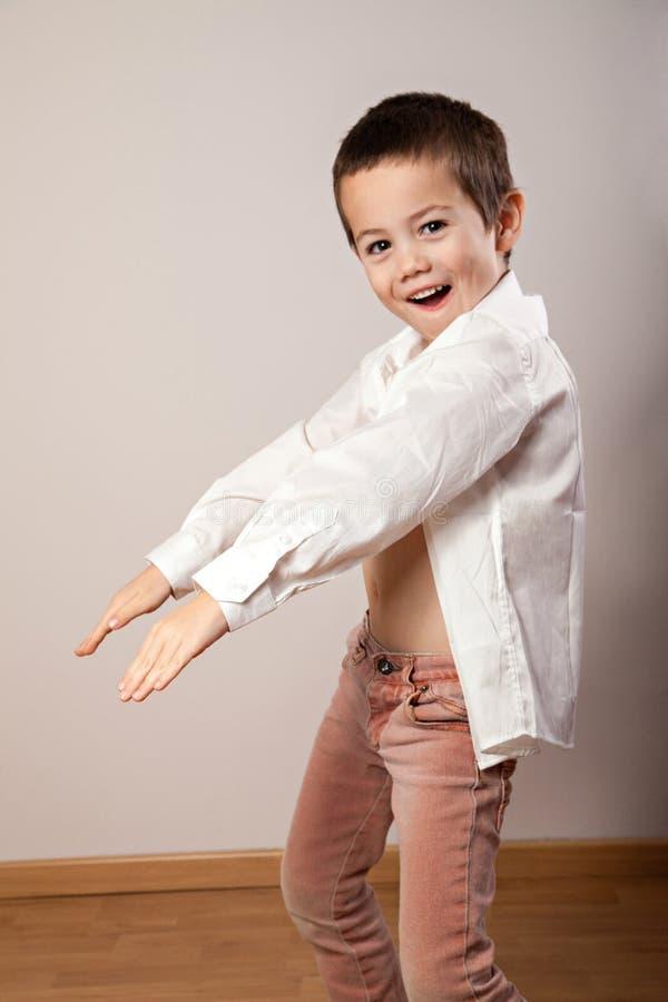 小的愉快的男孩跳舞 免版税库存照片