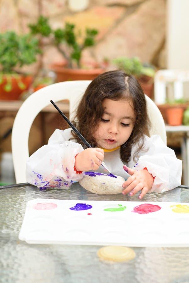 小的白肤金发的女孩绘画,室外的夏天画象  库存照片