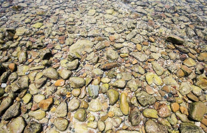 更小的石头和海 免版税图库摄影