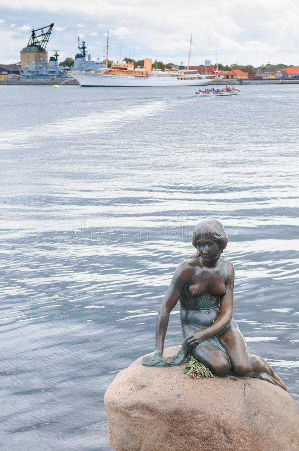 小的美人鱼古铜雕象纪念碑Edvard Eriksen 在岩石显示的这由t 图库摄影