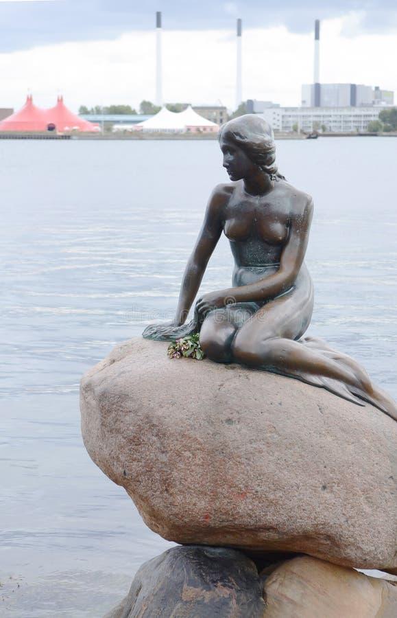 小的美人鱼古铜雕象 免版税库存照片