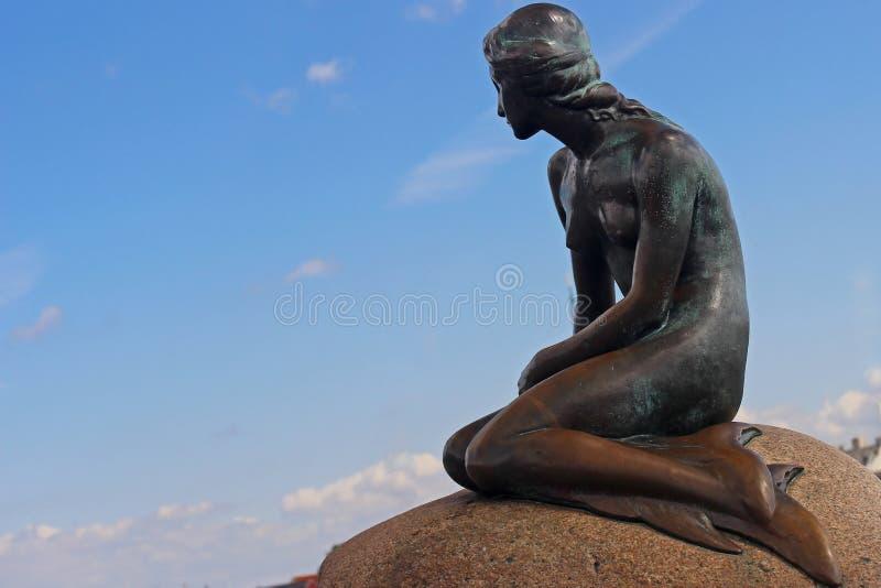 小的美人鱼雕塑在哥本哈根,丹麦港口  库存照片