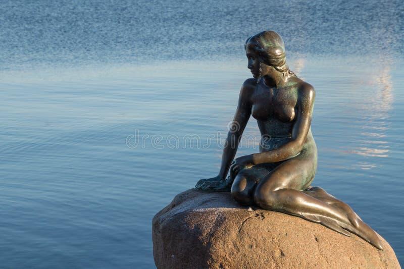 小的美人鱼,哥本哈根,丹麦的古铜色雕象 免版税库存照片