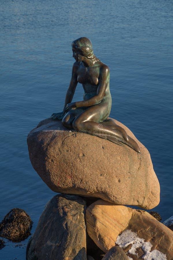 小的美人鱼,哥本哈根,丹麦的古铜色雕象 库存图片