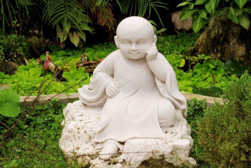 小的菩萨白色雕塑 免版税库存图片