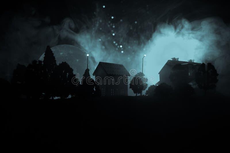 小的装饰房子,美丽的欢乐静物画,逗人喜爱的小屋在晚上,杉树发光的光,愉快的冬天holida 库存图片