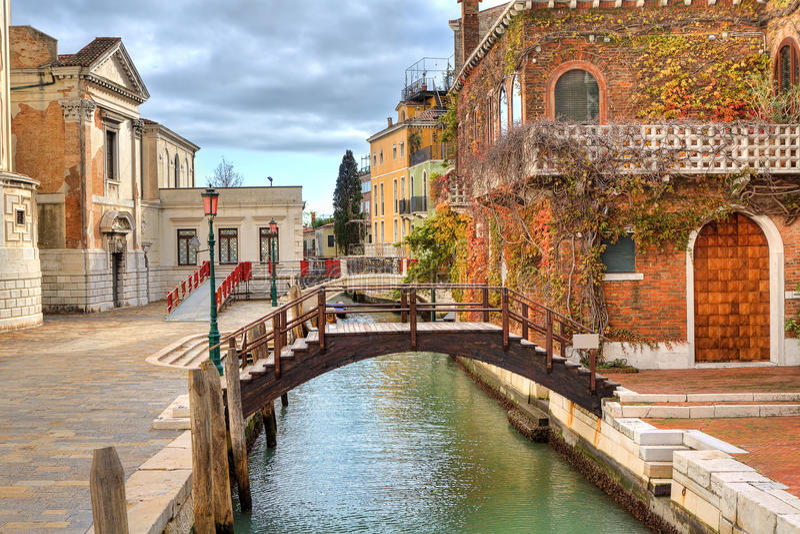 小的运河和房子。 威尼斯,意大利。 免版税库存图片