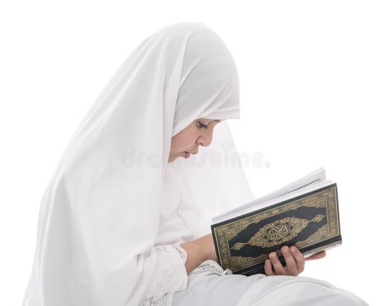 小的年轻回教女孩读书古兰经圣经 免版税库存图片