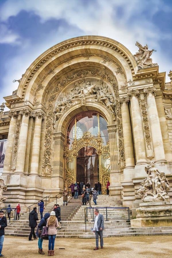 小的Palais,巴黎,法国entrace的未认出的游人  图库摄影