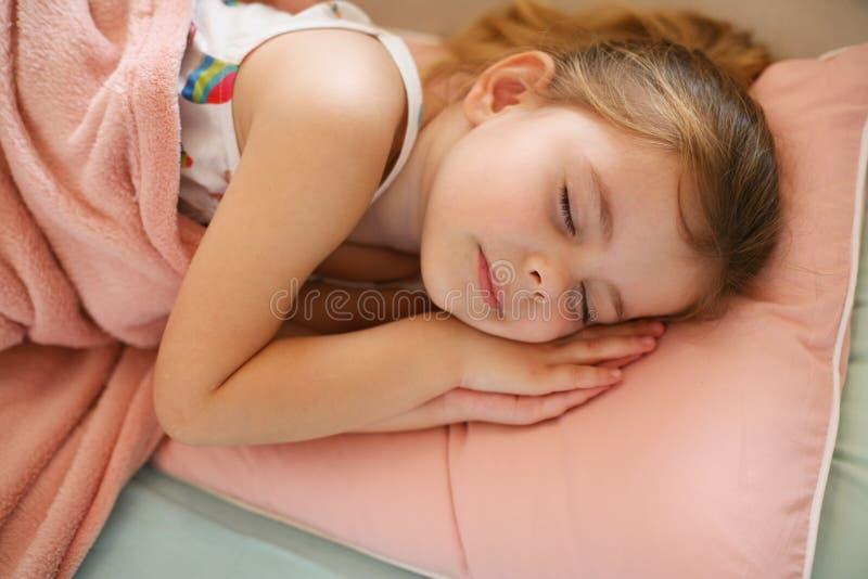 小睡在长沙发的小女孩 库存照片