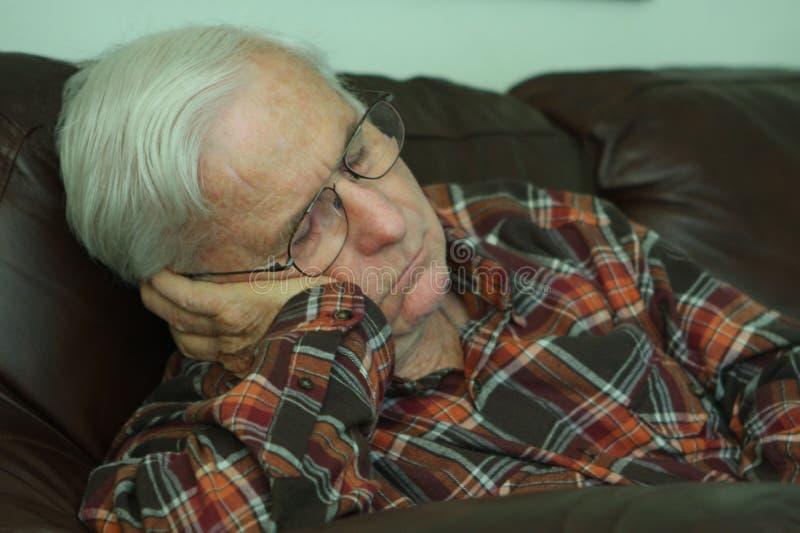 小睡的祖父 免版税库存照片