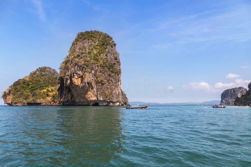 小石灰石海岛在Railay海滩的泰国安达曼海 免版税图库摄影