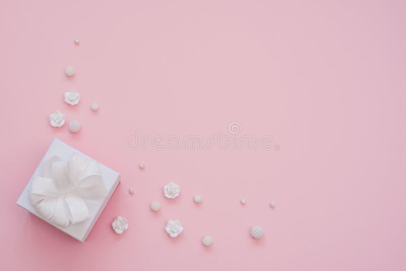 小礼物接近的射击包裹与在桃红色背景的白色丝带 r r r 库存图片
