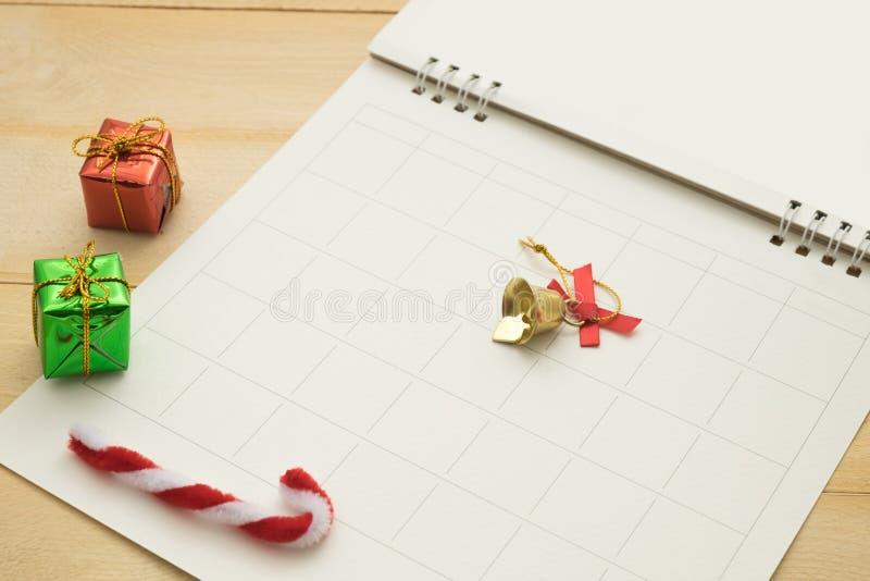 小礼物盒、小藤茎、小响铃和空的纸有栅格我 免版税图库摄影