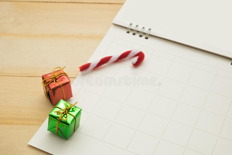 小礼物盒、小藤茎和空的纸安排栅格里面投入o 库存图片