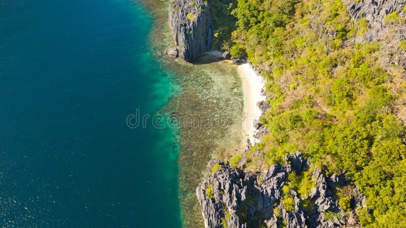 小离开的白色沙滩,顶视图 免版税库存照片
