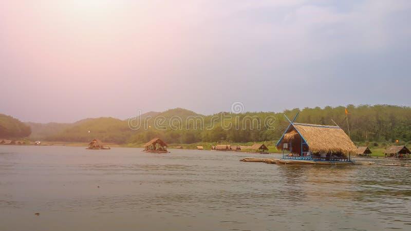 小竹旅行壮观的沿河的风景,在Huay Krong的巡航在豪华的森林中和山 免版税库存照片