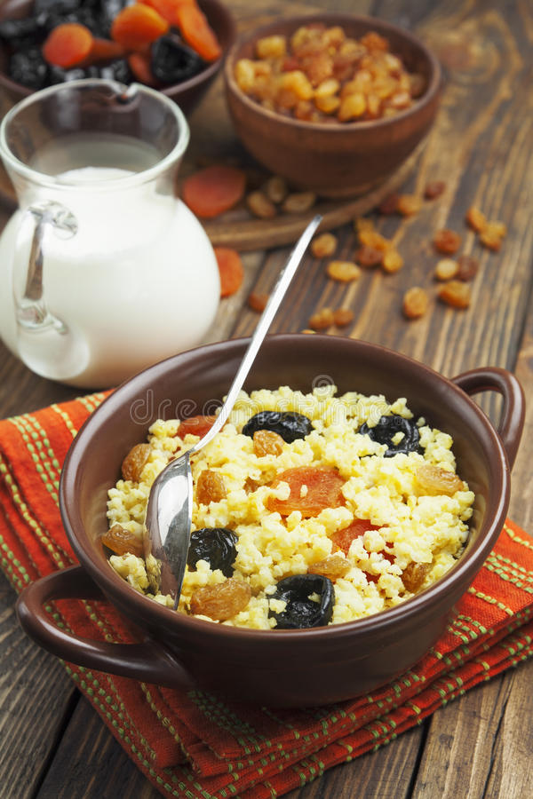 小米粥用干果 免版税库存图片