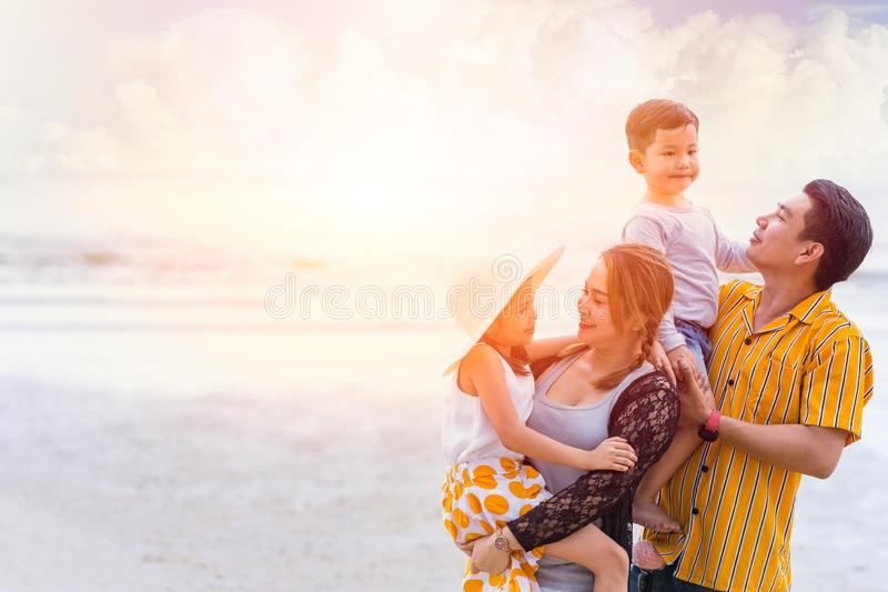 小组一起亚洲家庭幸福假日夏天在海海滩 免版税库存照片