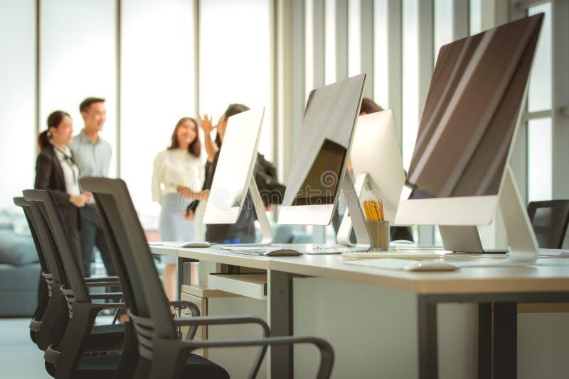 小组一起见面在现代办公室的商人 T 免版税图库摄影