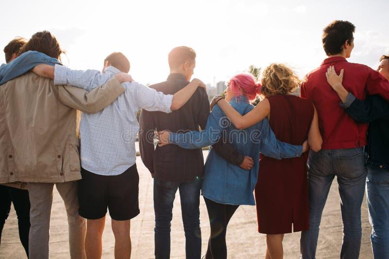 小组不同的人团结支持友谊后面 免版税库存照片