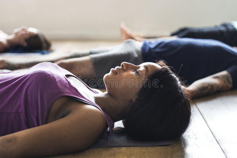 小组不同的人民参加瑜伽类 免版税库存照片
