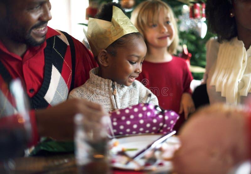 小组不同的人民在圣诞节假日聚集 免版税库存图片