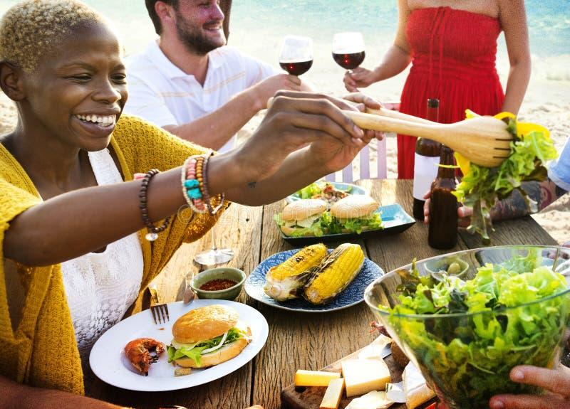 小组不同的朋友一起聚集 免版税库存图片