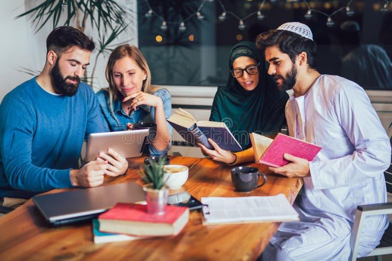 小组不同种族在家学会的学生 学会和为大学检查做准备 库存图片