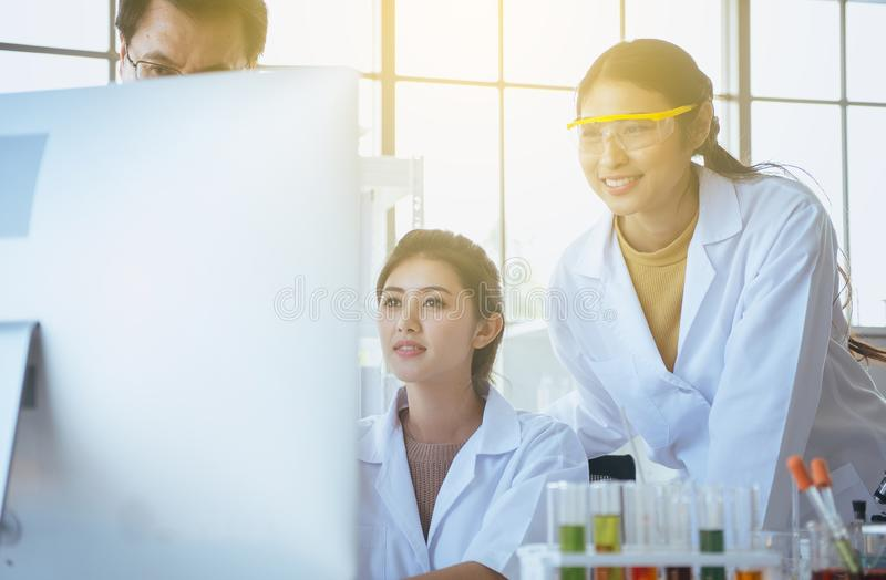 小组与一起资深教授的变化医科学生研究新的项目在实验室 免版税图库摄影