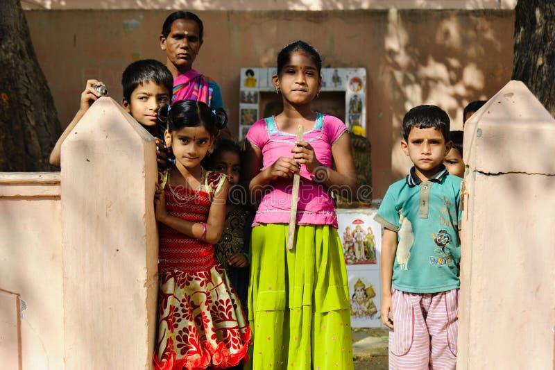 小组与看照相机Puttaparthi 2月11日2018年,印度的母亲的印地安可怜的孩子 图库摄影