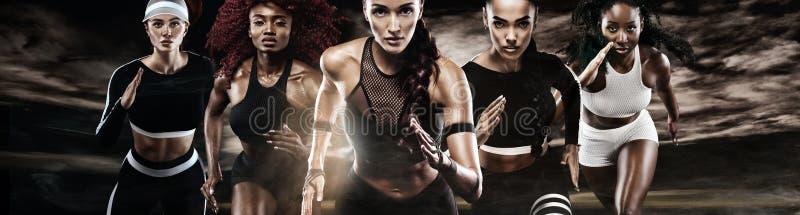 小组五名坚强的运动妇女、短跑选手、赛跑在佩带在运动服的黑暗的背景,健身和体育 库存照片