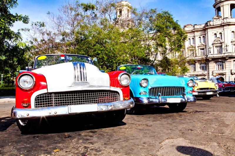 小组五颜六色的葡萄酒经典汽车在哈瓦那旧城停放了 免版税图库摄影