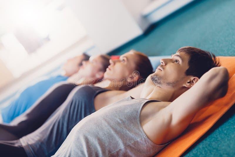 小组人和妇女是在锻炼健身以后 免版税库存照片