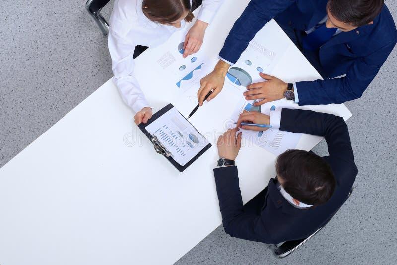 小组从上面分析财政文件,看法的商人 业务会议小组 免版税库存图片