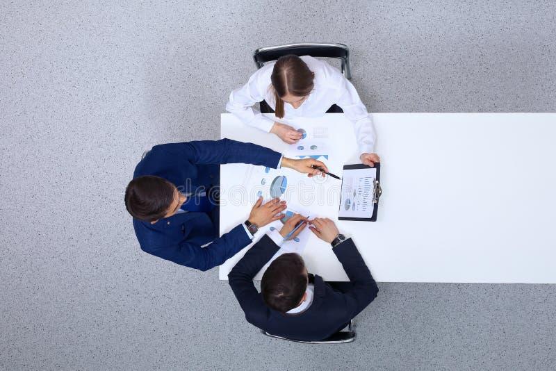小组从上面分析财政文件,看法的商人 业务会议小组 图库摄影
