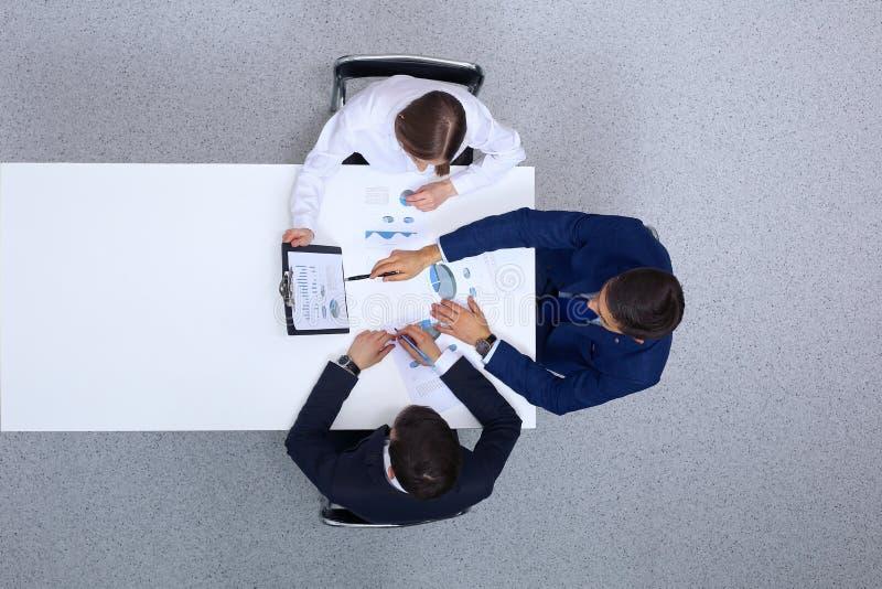 小组从上面分析财政文件,看法的商人 业务会议小组 库存照片