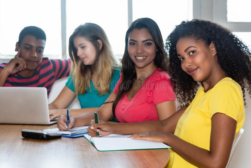 小组从印度、巴西、德国和美国的学生 免版税图库摄影